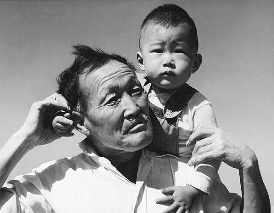Abuelo y nieto, Manzanar, California 02071942