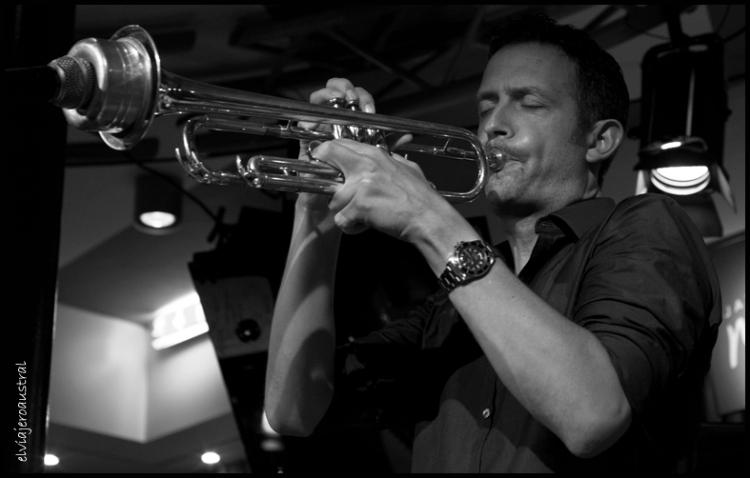 Y a la trompeta, con sordina